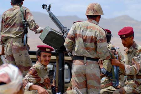 wojenne: Hadramaut Valley, Yemen, September 10, 2006 - Yemeni military on duty at the security checkpoint, Hadramaut valley, Yemen.
