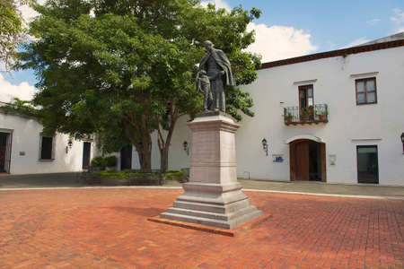 descubridor: Santo Domingo, República Dominicana - 07 de noviembre de 2012: El exterior del monumento a Don Francisco Billini en Santo Domingo, República Dominicana. Billini se cree que es descubridor de los restos de Cristóbal Colón.