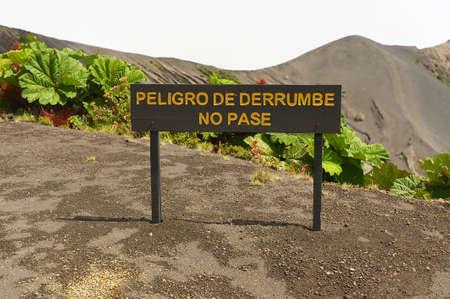 """no pase: Firma """"Peligro de derrumbe, no pase"""" en el lado del cráter del volcán Irazú en el Cordillera Central, cercana a la ciudad de Cartago, Costa Rica."""