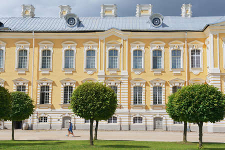 rundale: Pilsrundale, Lettonia, 27 Luglio, 2015 - La gente cammina di fronte alla facciata di palazzo Rundale in Pilsrundale, Lettonia.