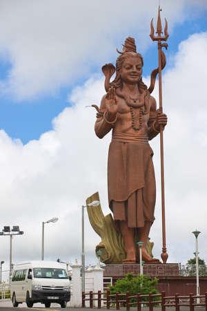 seigneur: Grand Bassin, Ile Maurice - Décembre 02, 2012: Extérieur de la 33-mètres Seigneur Shiva statue géante au temple de Ganga Talao Grand Bassin hindoue, Ile Maurice.