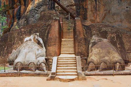 leones: El exterior de la entrada de la fortaleza de roca Sigiriya león en Sigiriya, Sri Lanka. Sigiriya está catalogado como Patrimonio de la Humanidad por la UNESCO.