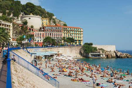 persone relax: Nizza, Francia, 27 luglio 2009 - La gente si rilassano sulla spiaggia pubblica a Nizza, Francia.