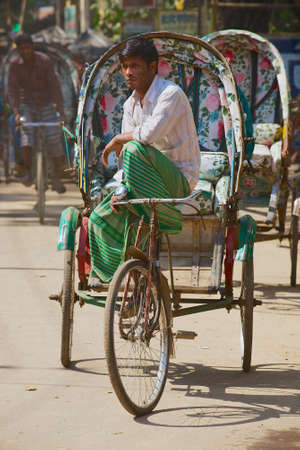 rikscha: Bandarban, Bangladesch, 20. Februar 2014 - Rickshaw Wartezeiten f�r die Passagiere auf der Stra�e in Bandarban, Bangladesch.