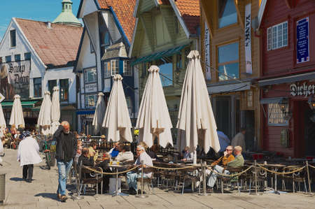persone relax: Stavanger, Norway, June 04, 2010 - People relax in a street cafe in downtown Stavanger, Norway. Stavanger city is often called The Oil Capital of Norway. Editoriali
