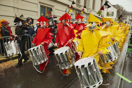 carnaval: Bâle, Suisse 02 Mars 2009 - Les gens prennent part à Carnaval de Bâle à Bâle, Suisse.