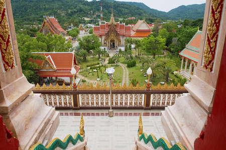 푸 켓, 태국 -2010 년 4 월 27 일 : Chalong 사원 푸 켓 섬에보기.