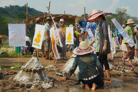 Luang Prabang, Laos, April 13, 2012 - People build sand pagoda at the Mekong river bank during Lao New Year (Phi Mai) celebration in Luang Prabang, Laos. Redactioneel