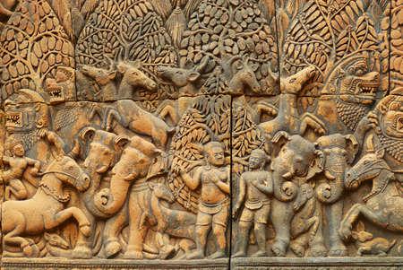 Flachrelief an der Wand der alten Tempelruine Banteay Srei in Siem Reap, Kambodscha. Standard-Bild