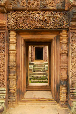Sandstone carving at the wall of the ancient Banteay Srei Temple ruin in Siem Reap, Cambodia. Imagens