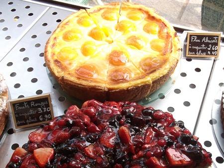 Pastries in Paris Window 版權商用圖片