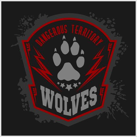 peligro: Lobos - etiqueta militar, escudos y elementos de dise�o. Calle club de la lucha y la insignia de la seguridad con lobo, pistas de pie e inscripciones Lobos. Foto de archivo