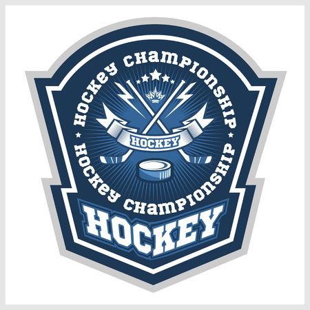 Hockey kampioenschap logo etiketten op schild met twee gekruiste hockeysticks. Vector sport logo design