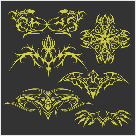 Ensemble de tatouage symétrique dans le style tribal sur fond sombre