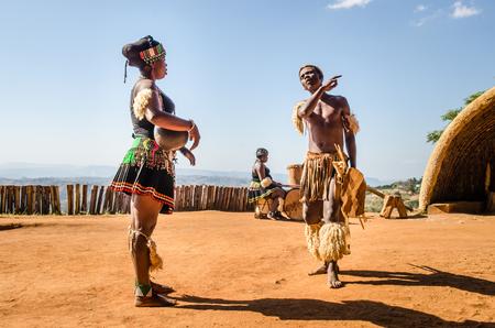 Phezulu dorp. Zulu culturele ervaring, gekleed in traditionele uitrusting, dansen, ceremonies, rituelen in de Vallei van de duizend heuvels, Zuid-Afrika Stockfoto - 81907574
