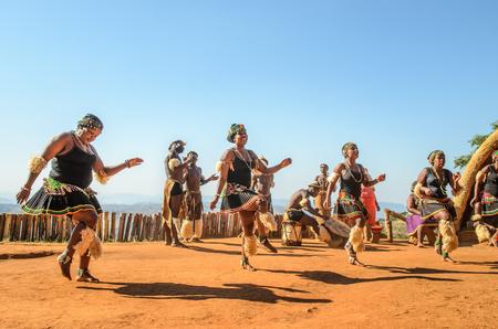 Experiencia cultural zulú, vestido con el equipo tradicional Zulu vestido con el baile tradicional. Valle de las Mil Colinas, Sudáfrica Editorial