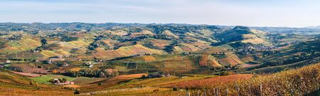 Panoramic hilly landscape to the Langhe vineyards in autumn. Viticulture of Dolcetto, Nebbiolo, Barbera, Barolo red wine. Tourism in Europe, travel destination. Piedmont, Italy. Stockfoto