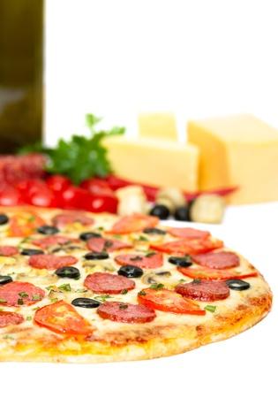 pimientos: Pizza aislado en blanco