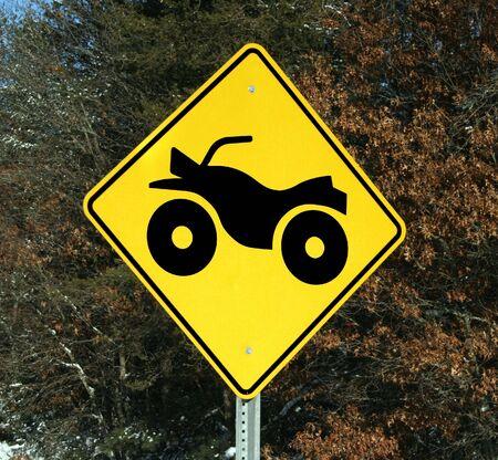 se�al de advertencia de cuatro ruedas de cruce