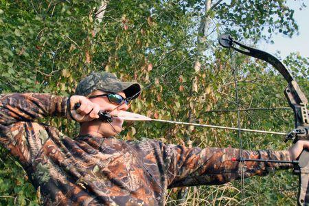 Bow hunter terug te trekken samenstellings boog Stockfoto
