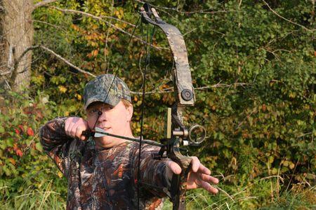 cazador: cazador de arco teniendo objetivo Foto de archivo