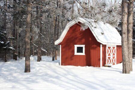冬の設定で赤い納屋