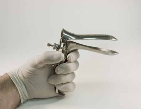 test probe: ginecologo strumento specula su uno sfondo bianco