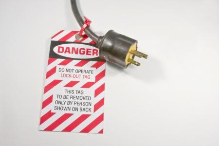 etiqueta de cierre patronal el�ctrica en un cable de Extensi�n en blanco
