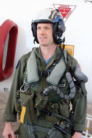 ons marine gevechtspiloot in volle versnelling door zijn jet