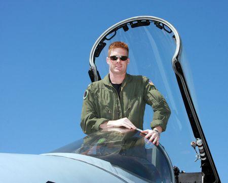 Navy Pilot staande in de cockpit van een F-18 straaljager