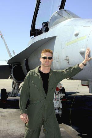 Piloto de la Marina por medio de su avi�n de combate