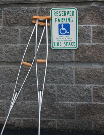 Krukken tegen een muur in een invalide parkeerplaats kraam Stockfoto - 5533315