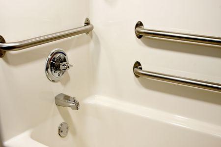Cromo grab bar di sicurezza in una vasca di handicap Archivio Fotografico - 6981676