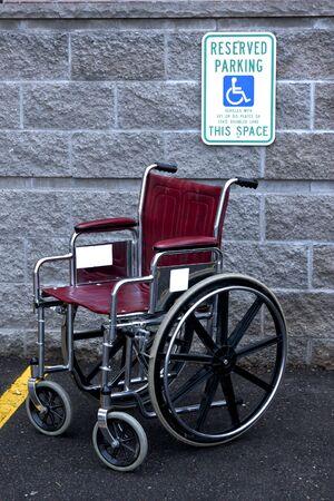 ordenanza: silla de ruedas vac�a en un puesto de estacionamiento con discapacidad