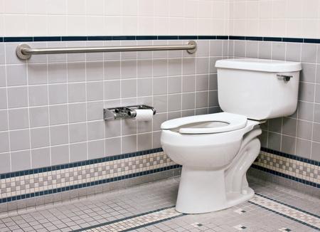 handicap badkamer met grab bars en keramische tegels