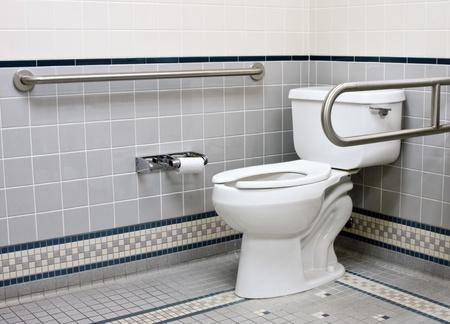 handicap badkamer met RVS steun bars en keramische tegels Stockfoto
