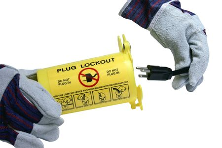 gehandschoende handen een stopcontact ingebruikneming een lockout label container Stockfoto