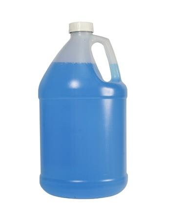 botella de un galón de líquido azul aislada sobre un fondo blanco Foto de archivo