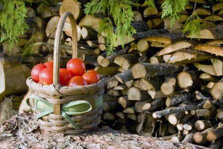 木製のバスケットでチェリー トマト山背景
