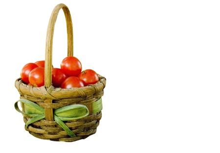 白地に分離したチェリー トマトの完全なバスケット