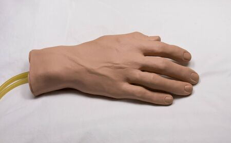rubber medische opleiding hand op een operatietafel