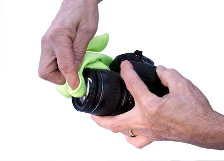 fotograaf schoonmaken van een cameralens met een micro doek geïsoleerd met een clipping path op oorspronkelijke grootte