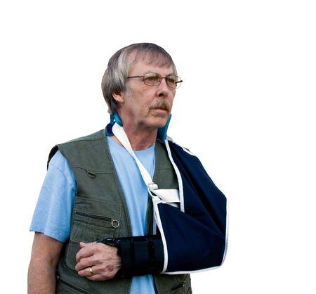 man met gewonde arm in een mitella geïsoleerd