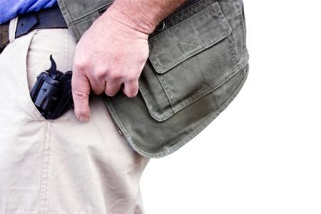 el hombre tirando de un arma oculta de su bolsillo aislado sobre un fondo blanco