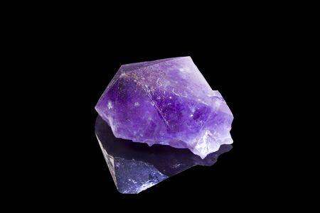 gemology: ametista cristallo con la riflessione su uno sfondo nero