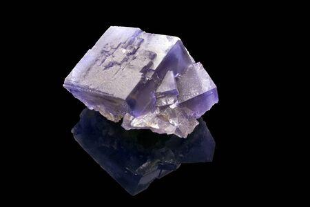 fluoriet kristal met een reflectie op een zwarte achtergrond