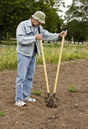 Werknemer het graven van een gat met een post gat spitter Stockfoto - 14188202