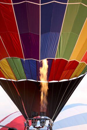 ホット気球の炎でバーナーから熱い空気で満たされています。