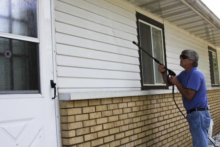 huiseigenaar druk het wassen van de spooraansluiting van zijn huis
