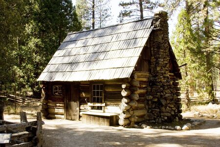 wilderness mountain log cabin located in yosemite national park Stock Photo - 15441632